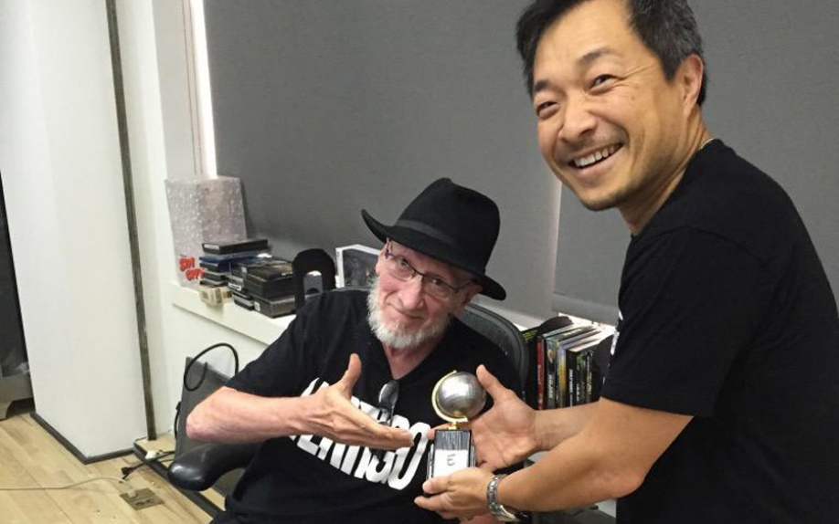 Jim Lee consegna a Frank Miller il suo Eisner Award