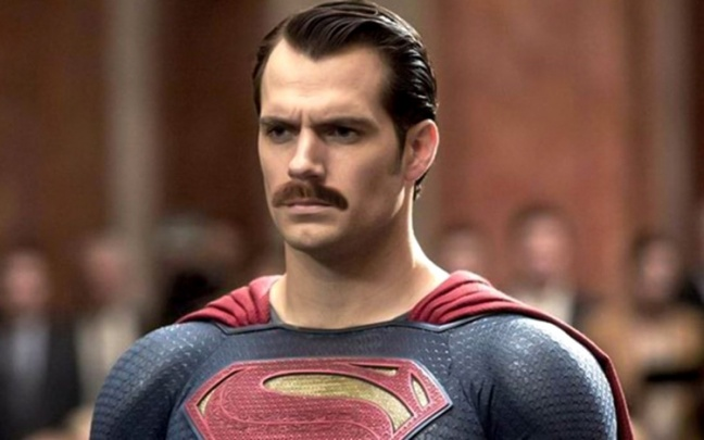Un fan ha editato il trailer di Batman V Superman mettendo i baffi a Henry Cavill